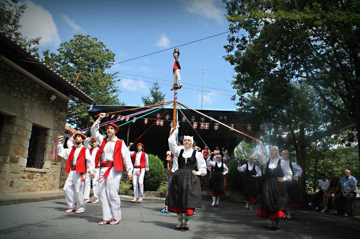 Arin-arin dantza taldearen 50. urtemuga ospatuko dute asteburuan, Berna auzoan