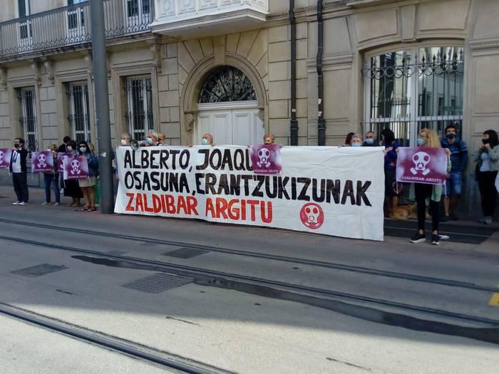 Zaldibar Argituk Gasteizko legebiltzarraren atarira eraman ditu protestak