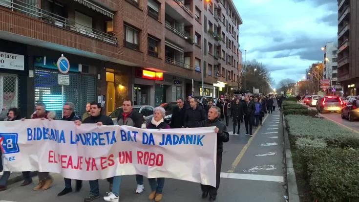 [BIDEOA] 'Bidesaria lapurreta bat da' lelopean 400 bat lagun manifestatu dira Durangaldean