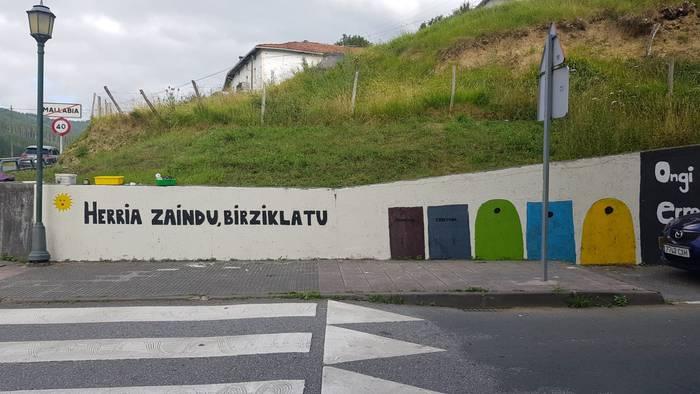Satxibuko udalekuetan dabiltzan gazteek birziklatzearen aldeko murala margotu dute