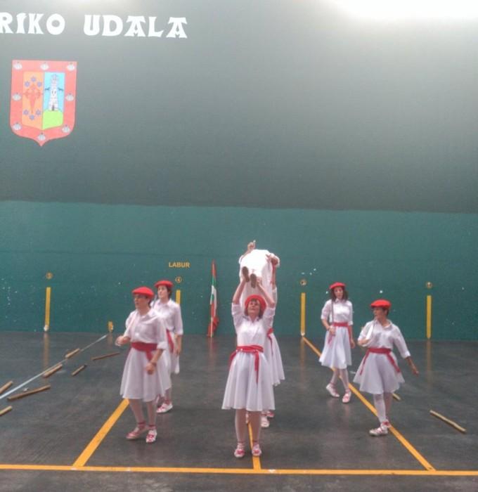 Emakumeek Dantzari-dantza dantzatu dute lehenengoz Mañariko jaietan