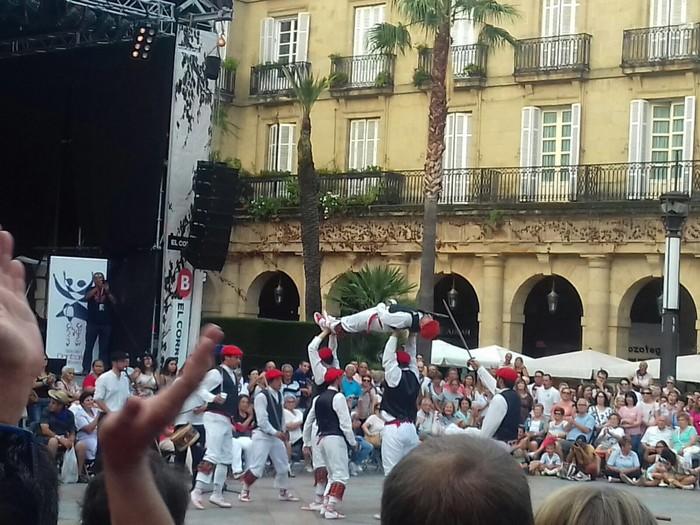 Iurretako dantzariek Bilboko jaietan dantzan egin dute - 3