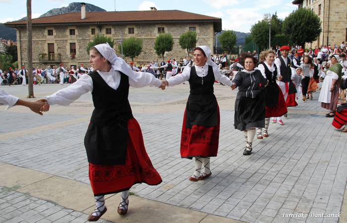 Emakumezkoek Dantzari Dantza egingo dute Urrijenan, aurten lehenengo biderrez