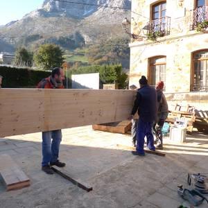 Auzolana egin dute Arrazolako eskola zaharreko eraikinean