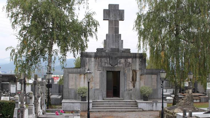 """Durango 1936: """"Hilerriko kaperak bere kristautasunari eusten dio eta gurutze frankista gorde da bertan"""""""