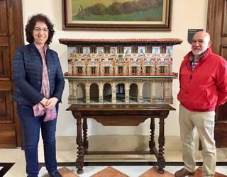 Luis Ibañez margolariak Durangoko Udalari eraikinaren erreplika bat oparitu dio