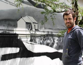 Saibigaineko bataila eta errefuxiatuak gogoratuko dituen murala marrazten dabiltza Mañarian