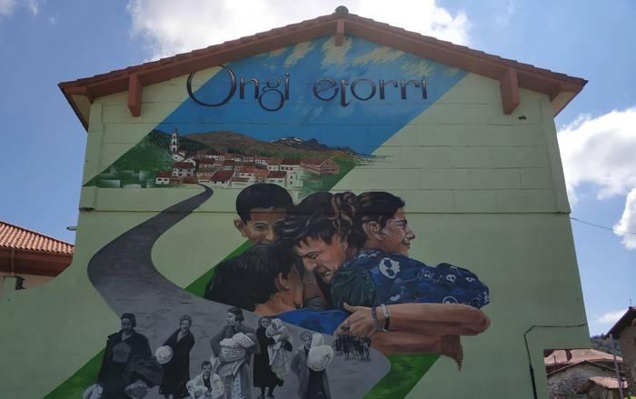 Bonbardaketa eta errefuxiatuak Otxandioko mural berriko irudian
