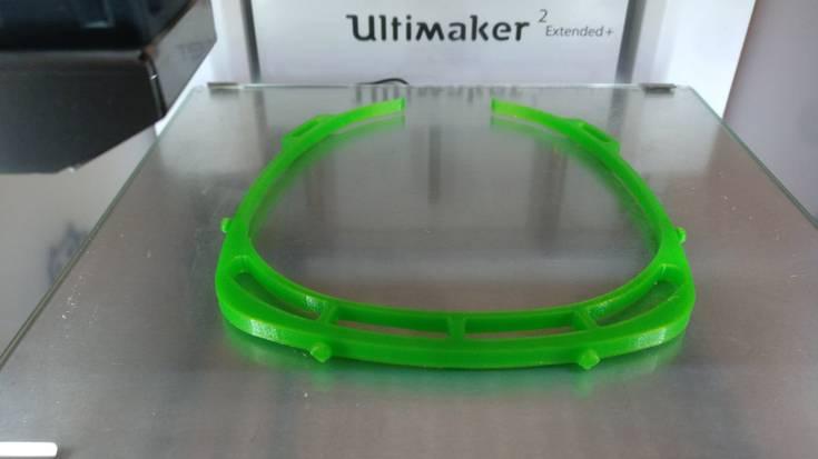 [BIDEOA] Eskualdeko hainbat ikasketa zentrotan aurpegia babesteko biserak egiten dabiltza 3D inprimagailuak erabiliz
