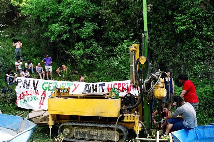 Makinari kateatuta, AHTaren aurka protesta egiteko
