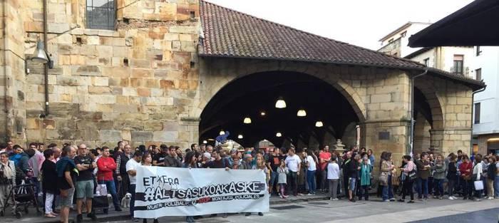 Altsasuko gazteei babesa adierazteko kontzentrazioak egin dituzte Durangon eta Zaldibarren
