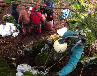 Mañariko kobazulo batean garbiketa egin eta 400 kilo zabor atera dituzte espeleologoek