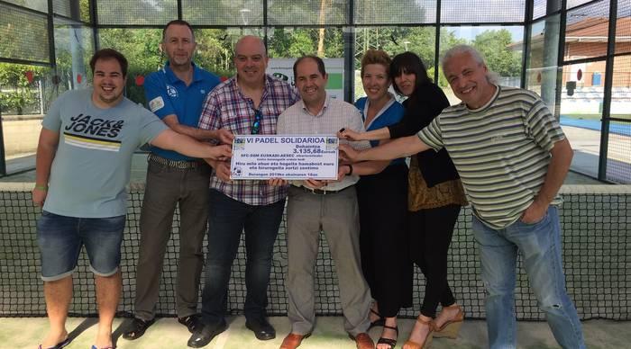 Padel torneo solidarioan batutako 3.135 euro Euskadi-AESEC elkarteari eman dizkiote