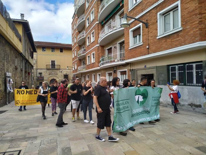 70 bat lagunek manifestazioa egin dute Durangon, 'Zezenak Dira' kendu dadin eskatzeko