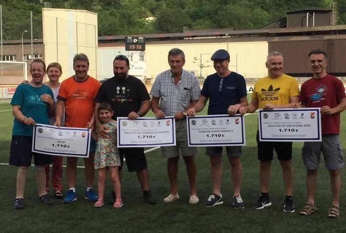 Beteranoen futbol torneoan batutako 6.840 euroak banatu dituzte