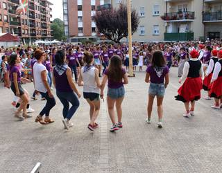 [BIDEOA] Dominikako kideek ezusteko dantza saioa egin zuten 'Erre zenituzten' abestiarekin