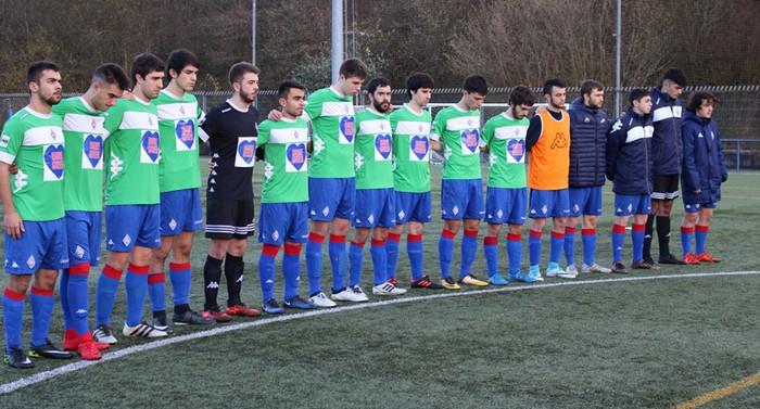 Amorebieta futbol klubeko taldeek minutu bateko isilunea egin dute Urrenen oroimenez