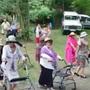 Arrazolako emakume talde batek antzerkia egin zuen jaietan giroa alaitzeko