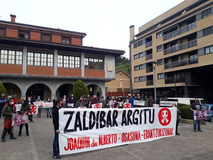 Jaurlaritzak Joaquin Beltranen gorpuzkiak topatzeko lanak eten dituela salatzeko manifestazioa egin dute Zaldibarren