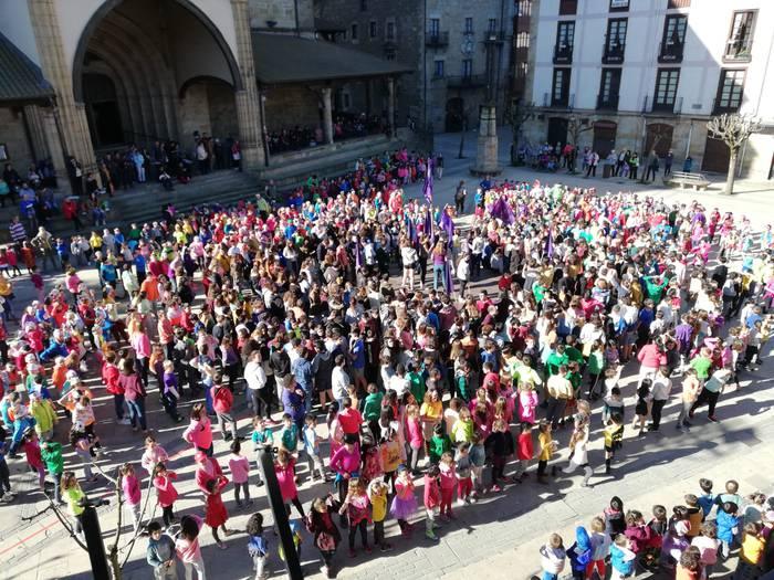 Martxoaren 8aren harira, flashmob bat grabatu dute Elorrioko ikasleek