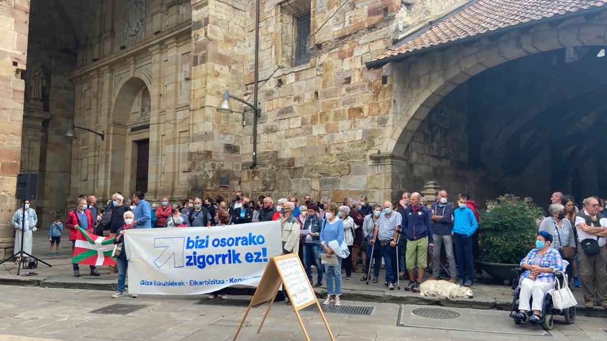 Euskal presoen eskubideen aldeko elkarretaratzeak egin dituzte