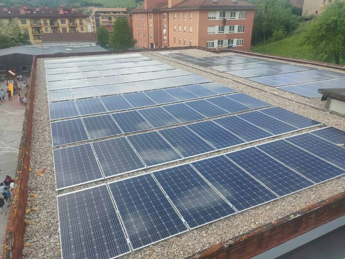 Eskola eraikinetan eguzki-panelak eta isolamendu termikoa ezarri ditu Zaldibarko Udalak