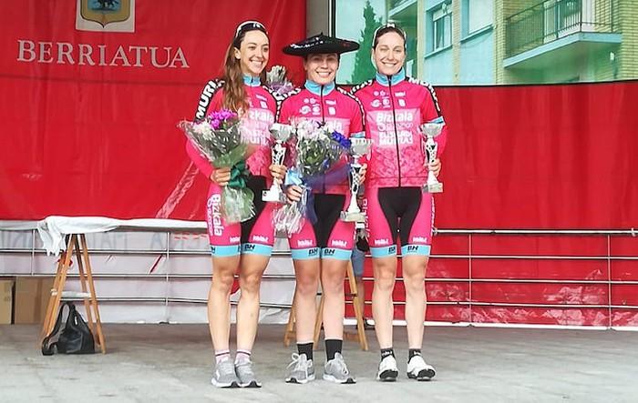 Berriatuko podiuma Bizkaia Durango-Euskadi Murias taldeko hiru txirrindularik bete dute