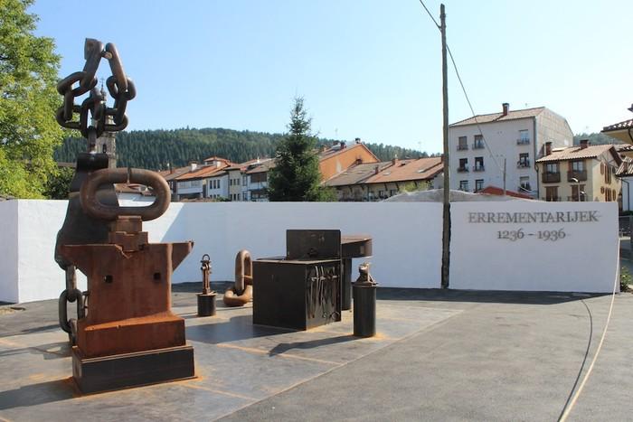 Errementarien eskultura inauguratu dute Otxandion