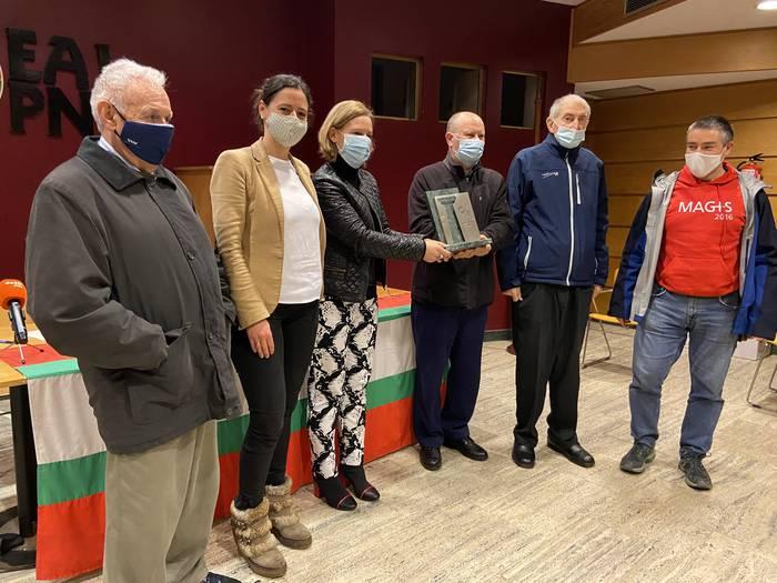 Durangoko EAJk Jesuiten komunitateari eman dio aurtengo Astarloa Saria