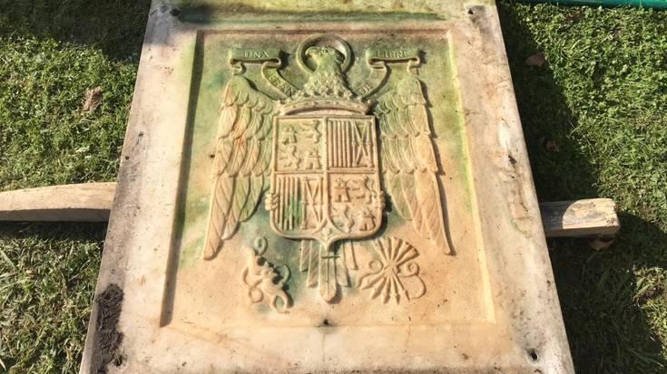 Ikur frankistak dituen harlauza bat dago Abadiñoko hilerrian