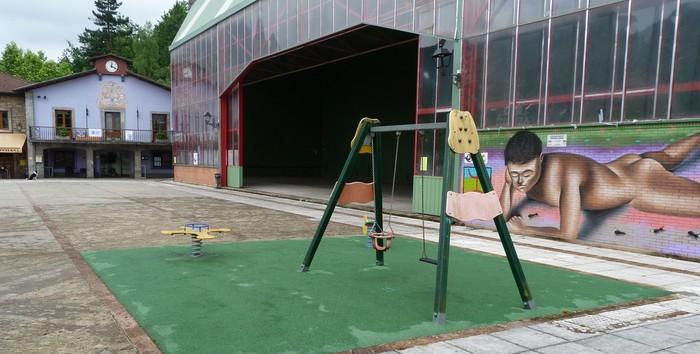 Izurtzako plazan dagoen jolasgunea handitu egingo dute aurtengo urtean, aurrekontuetako 14.000 euro erabilita
