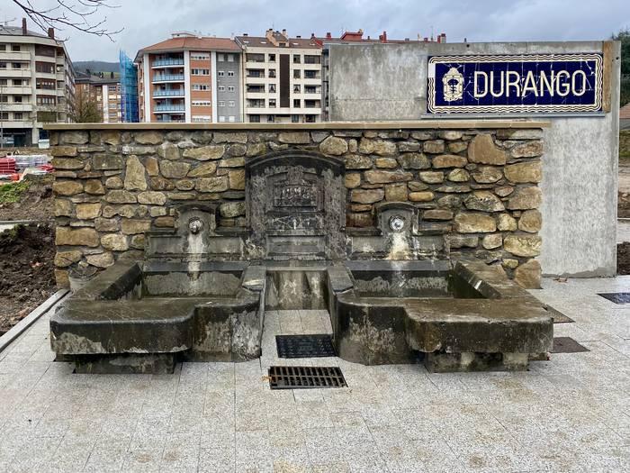 'Durango' plaka eta San Fausto Iturria mantendu ditu Durangoko Udalak