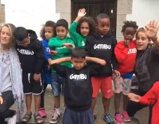 [BIDEOA] Gatibuk jertseak oparitu dizkie Rio de Oroko umeei