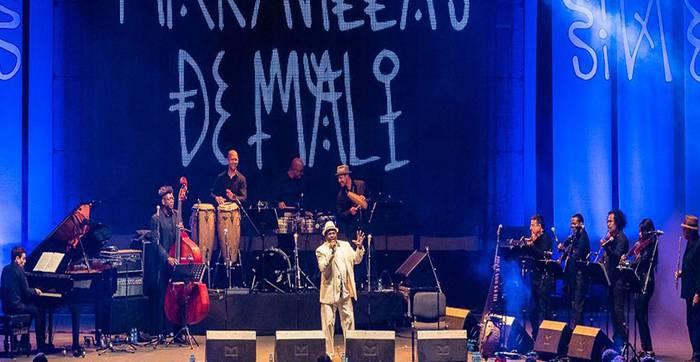 Doinu afrikar eta kubatarren nahasketa eta Tapiaren folk progresista, Musikairegaz hasteko