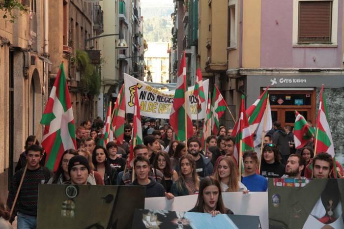 'Ezer ez ospatzeko' lelopean manifestazioa egin dute gaur Durangon