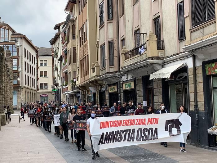 Manifestazio jendetsua egin dute Durangon Patxi Ruiz presoari elkartasuna adierazteko