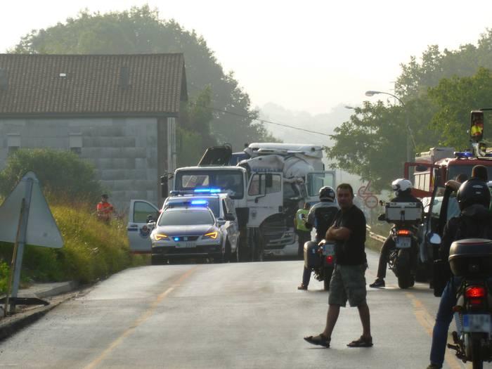 Auto ilarak N-634 errepidean bi kamioiren arteko istripuaren ondorioz