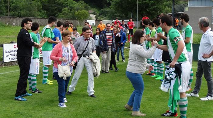 Abadiño futbol taldeak elkartasunagaz lotu du ligako azken partidua
