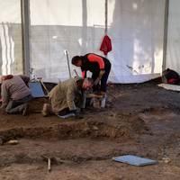 Iturri publiko baten eta errementari tailer baten arrastoak aurkitu dituzte Otxandioko plazako indusketetan