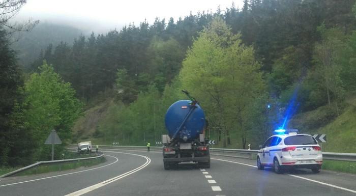 Trabakua gainean furgoneta eta kamioi batek istripua izan dute