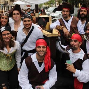 Banpiroak, egiptoarrak, punkiak, poliziak… denak elkarrekin Durangoko mozorroen desfilean