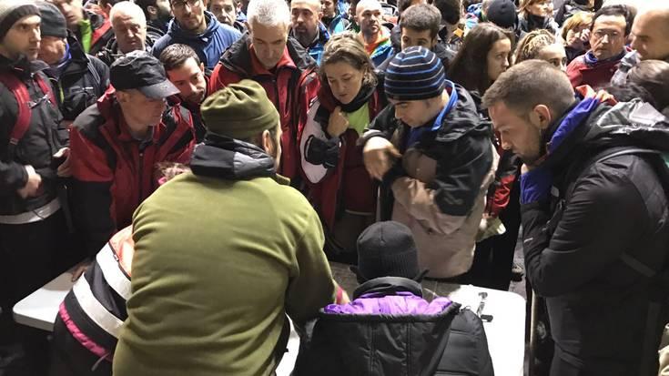 Ehunka boluntario batu dira Gopegiko frontoian Gorbeian desagertutako gazte berriztarra bilatzeko