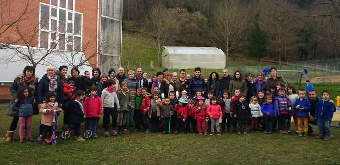 350 sinaduratik gora bildu ditu Abadiñoko guraso talde batek, umeentzako gune estaliak eskatzeko